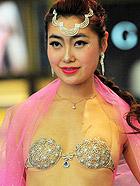 高清:沈阳模特展示价值千万钻石文胸