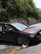 直击四川芦山地震 受损的汽车和房屋