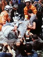 地震发生母亲怀抱孩子被埋