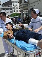 四川雅安芦山地震伤员在临时救治点接受治疗