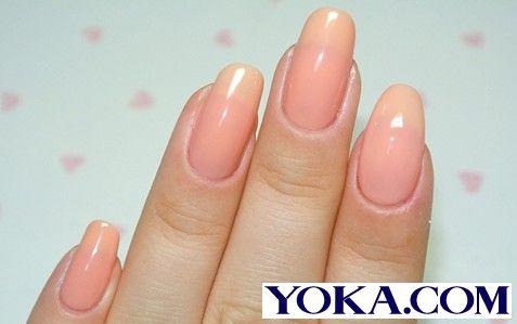 第二步:为自己的指甲涂上美美的桃粉色甲油