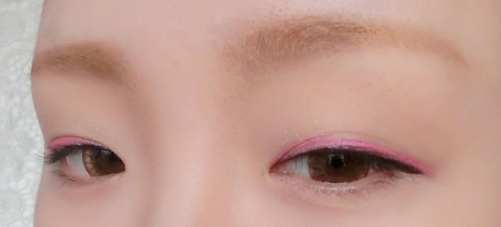 齐刘海大眼妆 缔造可爱瓷娃娃妆容