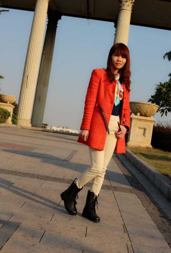 米色的裤子,搭配橙色大衣