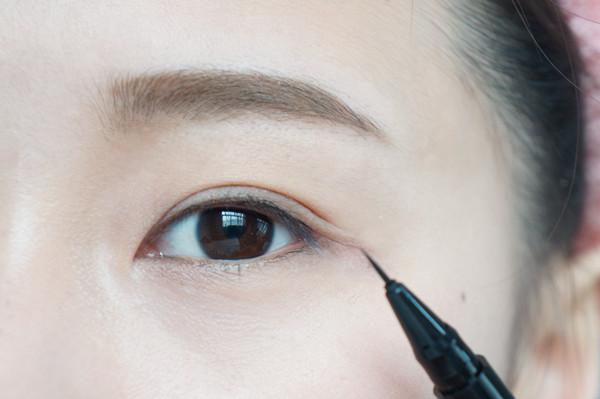 先用眼线液笔画内眼线