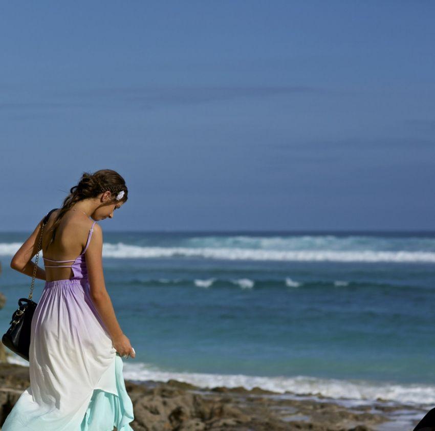 巴厘岛海边的美丽少女