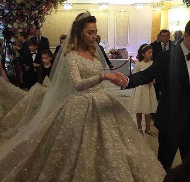 子,古瑟里夫是哈萨克斯坦出生的 为婚礼表演的明星们也几经换装,图片